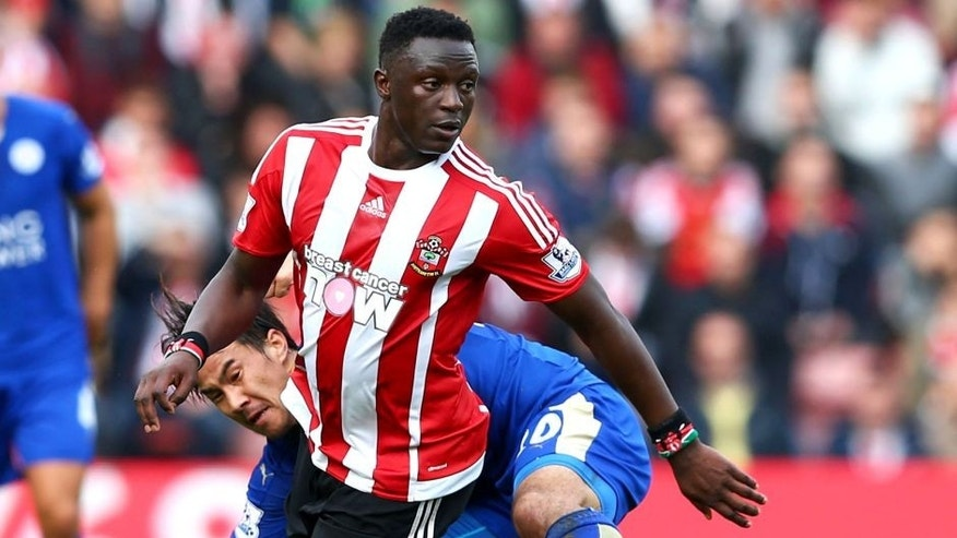 SOUTHAMPTON, ENGLAND - OCTOBER 17: Victor Wanyama of Southampton and Shinji Okazaki of Leicester City compete for the ball during the Barclays Premier League match between Southampton and Leicester City at St Mary's Stadium on October 17, 2015 in Southampton, England. (Photo by Harry Engels/Getty Images)