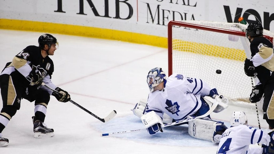 Pittsburgh Penguins' Chris Kunitz (14) gets a shot behind Toronto Maple Leafs goalie Jonathan Bernier (45) for a goal during the first period of an NHL hockey game in Pittsburgh, Wednesday, Dec. 30, 2015. (AP Photo/Gene J. Puskar)