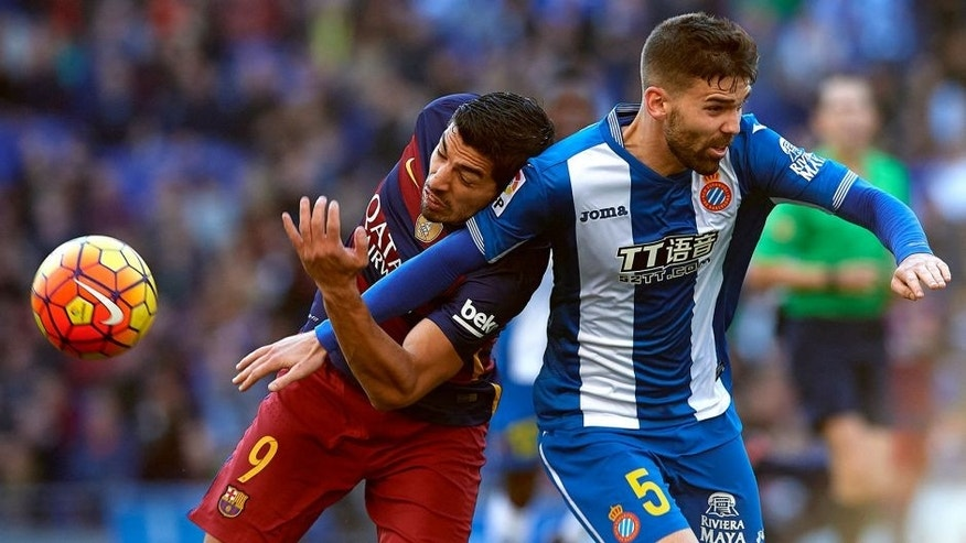 BARCELONA, SPAIN - JANUARY 02: Victor Alvarez (R) of Espanyol competes for the ball with Luis Suarez of Barcelona during the La Liga match between Real CD Espanyol and FC Barcelona at Cornella-El Prat Stadium on January 2, 2016 in Barcelona, Spain. (Photo by Manuel Queimadelos Alonso/Getty Images)