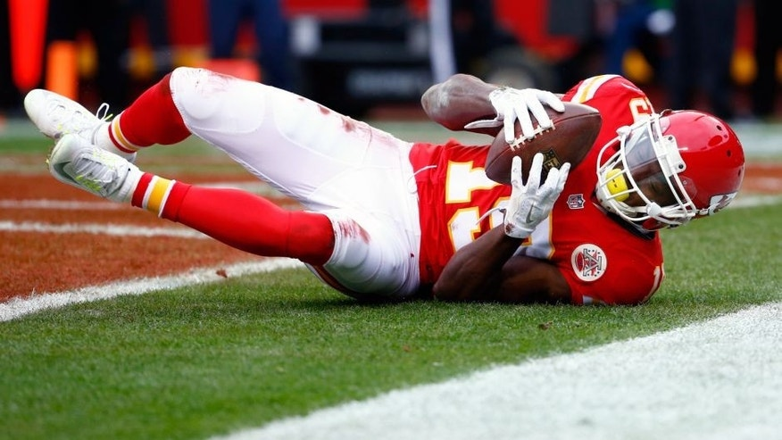 KANSAS CITY, MO - DECEMBER 27: Jeremy Maclin #19 of the Kansas City Chiefs catches a touchdown pass at Arrowhead Stadium during the first quarter of the game against the Cleveland Browns on December 27, 2015 in Kansas City, Missouri. (Photo by Jamie Squire/Getty Images)
