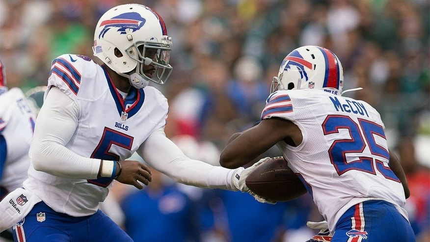 PHILADELPHIA, PA - DECEMBER 13: Quarterback Tyrod Taylor #5 of the Buffalo Bills hands off the ball to teammate LeSean McCoy #25 against the Philadelphia Eagles during the first quarter at Lincoln Financial Field on December 13, 2015 in Philadelphia, Pennsylvania. (Photo by Mitchell Leff/Getty Images)