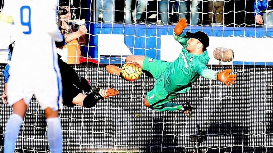 BERGAMO, ITALY - JANUARY 16: Samir Handanovic of FC Internazionale in action during the Serie A match between Atalanta BC and FC Internazionale Milano at Stadio Atleti Azzurri d'Italia on January 16, 2016 in Bergamo, Italy. (Photo by Claudio Villa - Inter/Inter via Getty Images)