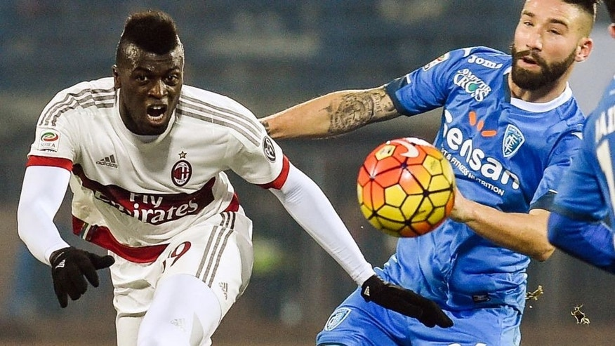 "AC Milan's forward from France Mbaye Niang (L) fights for the ball with Empoli's defender from Italy Lorenzo Tonelli during their Italian Serie A football match Empoli vs AC Milan, on January 23, 2016 at Empoli's ""Carlo Castellani"" comunal stadium. / AFP / ANDREAS SOLARO (Photo credit should read ANDREAS SOLARO/AFP/Getty Images)"