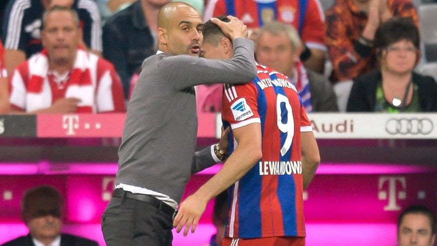 (GERMANY OUT) Cheftrainer Josep Pep Guardiola (Bayern) umarmt Robert Lewandowski (Bayern) nach seiner Auswechslung waehrend dem Fussball Bundesliga Spiel FC Bayern Muenchen gegen VFL Wolfsburg am 1. Spieltag der Saison 2014/2015 in der Allianz Arena am 22. August 2014 in Muenchen. Endstand 2:1. (Photo by GASPA/ullstein bild via Getty Images)