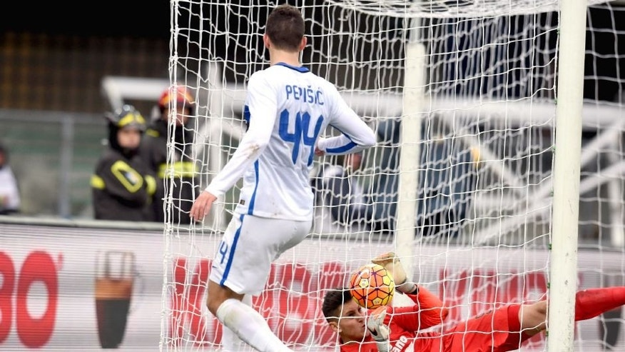 VERONA, ITALY - FEBRUARY 07: Ivan Perisic of FC Internazionale scores the third goal during the Serie A match between Hellas Verona FC and FC Internazionale Milano at Stadio Marc'Antonio Bentegodi on February 7, 2016 in Verona, Italy. (Photo by Claudio Villa - Inter/Inter via Getty Images)