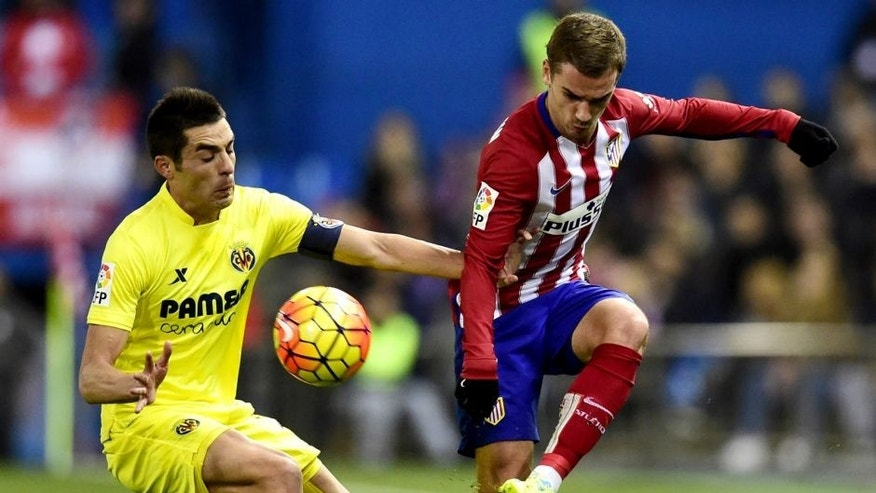 Villarreal's midfielder Bruno Soriano (L) vies with Atletico Madrid's French forward Antoine Griezmann during the Spanish league football match Club Atletico de Madrid vs Villarreal CF at the Vicente Calderon stadium in Madrid on February 21, 2016. / AFP / JAVIER SORIANO (Photo credit should read JAVIER SORIANO/AFP/Getty Images)