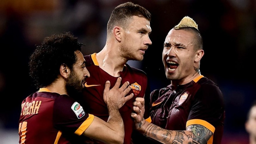 Roma's forward from Bosnia-Herzegovina Edin Dzeko (2nd-L) celebrates after scoring during the italian Serie A football match Roma vs Palermo at the Olympic Stadium in Rome on February 21, 2016. / AFP / FILIPPO MONTEFORTE (Photo credit should read FILIPPO MONTEFORTE/AFP/Getty Images)