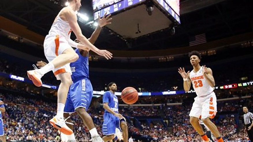 Syracuse's Tyler Lydon, left, passes to Malachi Richardson right, during the second half in a second-round men's college basketball game against Middle Tennessee in the NCAA Tournament, Sunday, March 20, 2016, in St. Louis. Syracuse won 75-50. (AP Photo/Jeff Roberson)