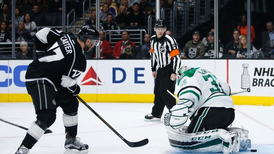Los Angeles Kings center Jeff Carter, left, scores a goal past Dallas Stars goalie Kari Lehtonen, right, during the second period of an NHL hockey game, Saturday, April 2, 2016, in Los Angeles. (AP Photo/Danny Moloshok)