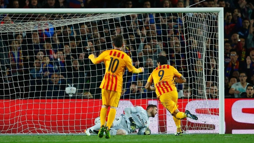 Barcelona's Luis Suarez, right, scores his side's 2nd goal during a Champions League quarter-final, first leg soccer match between FC Barcelona and Atletico Madrid at the Camp Nou stadium in Barcelona, Spain, Tuesday April 5, 2016. (AP Photo/Manu Fernandez)