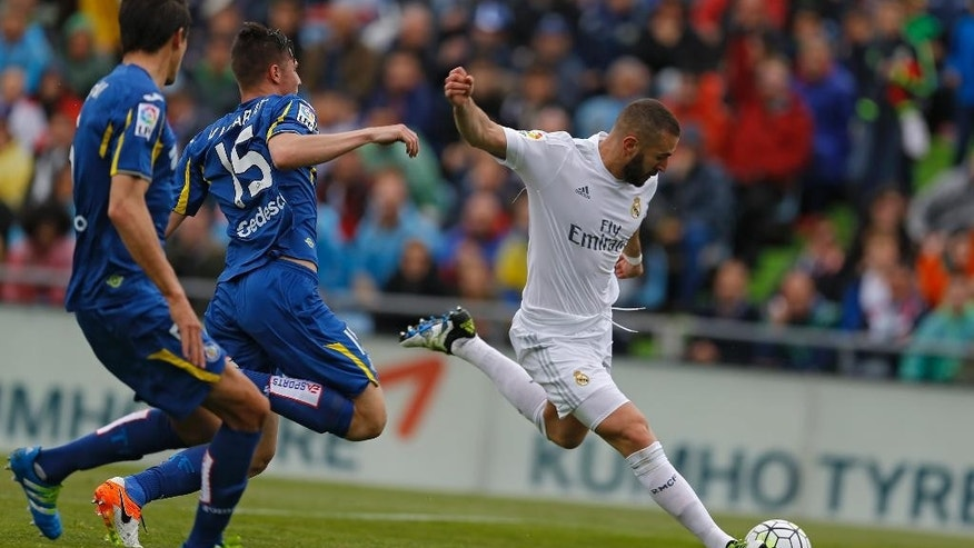 Real Madrid's Karim Benzema, right, vies for the ball with Getafe's Carlos Vigaray during a Spanish La Liga soccer match between Real Madrid and Getafe at the Alfonso Perez stadium in Getafe, near Madrid, Saturday, April 16, 2016. (AP Photo/Francisco Seco)