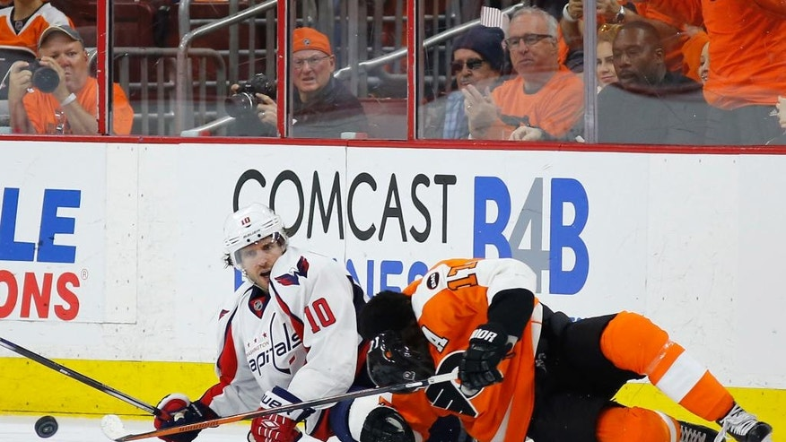 Washington Capitals' Mike Richards, left, and Philadelphia Flyers' Wayne Simmonds collide during the second period of Game 3 in the first round of the NHL Stanley Cup hockey playoffs, Monday, April 18, 2016, in Philadelphia. (AP Photo/Matt Slocum)