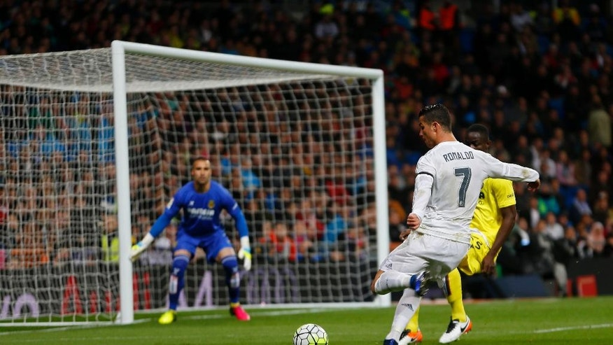 Real Madrid's Cristiano Ronaldo, right, tries to score past Villarreal's goalkeeper Sergio Asenjo, left, during a Spanish La Liga soccer match between Real Madrid and Villarreal at the Santiago Bernabeu stadium in Madrid, Wednesday, April 20, 2016. (AP Photo/Francisco Seco)