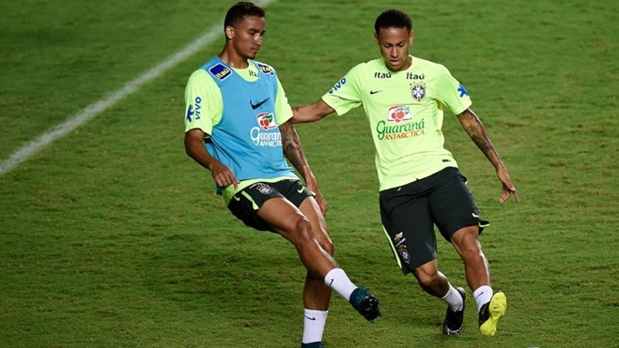 SALVADOR, BRAZIL - NOVEMBER 16:  Brazilian players Neymar (R) and Danilo take part in a training session at the Pituaçu stadium on the eve of the 2018 FIFA World Cup Russia Qualifiers between Brazil and Peru on November 16, 2015 in Salvador, Brazil.  (Photo by Buda Mendes/Getty Images)