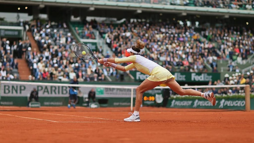 Spain's Garbine Muguruza returns the ball in the final of the French Open tennis tournament against Serena Williams of the U.S. at the Roland Garros stadium in Paris, France, Saturday, June 4, 2016. (AP Photo/David Vincent)