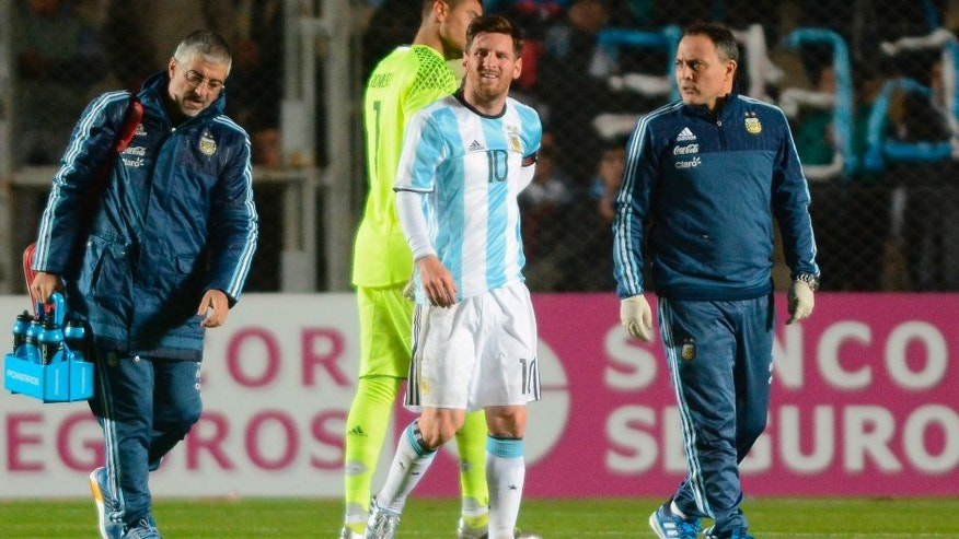 SAN JUAN, ARGENTINA - MAY 27: Lionel Messi of Argentina leaves the field after being injured during an international friendly match between Argentina and Honduras at Bicentenario de San Juan Stadium on May 27, 2016 in San Juan, Argentina. (Photo by Soledad Nunez/LatinContent/Getty Images)