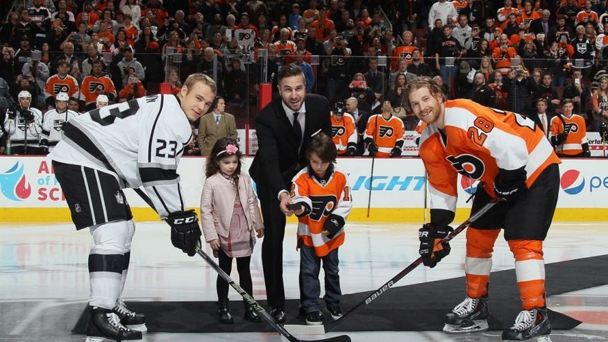 PHILADELPHIA, PA - NOVEMBER 17: Former player Simon Gagne is honored prior to the game between the Philadelphia Flyers and the Los Angeles Kings and drops the puck between Dustin Brown #23 and Claude Giroux #28 at the Wells Fargo Center on November 17, 2015 in Philadelphia, Pennsylvania. (Photo by Bruce Bennett/Getty Images)