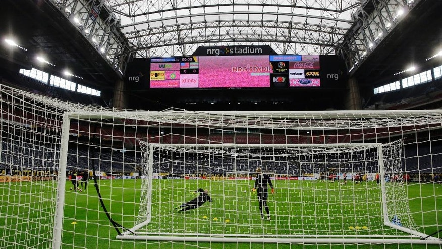 U.S. goalkeeperd Brad Guzan, left, and Tim Howard, right, go through drills during a Copa America Centenario soccer training session Monday, June 20, 2016, in Houston, for a Tuesday semifinal against Argentina. (AP Photo/Eric Gay)