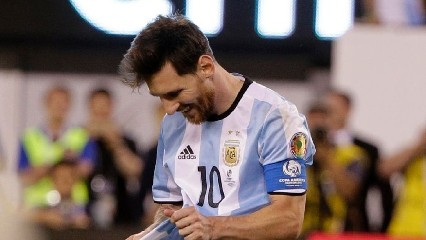 Argentina's Lionel Messi reacts after missing a goal during penalty kicks the Copa America Centenario championship soccer match against Chile, Sunday, June 26, 2016, in East Rutherford, N.J. (AP Photo/Julie Jacobson)