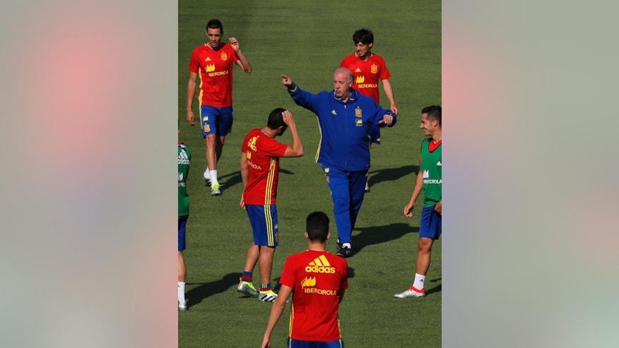 Spain's coach Vicente del Bosque, center right, gestures to his players during a training session at the Sports Complex Marcel Gaillard in Saint Martin de Re in France, Thursday, June 23, 2016. Spain will face Italy in a Euro 2016 round of 16 soccer match in Paris on Monday, June 27, 2016. (AP Photo/Manu Fernandez)