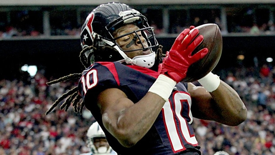HOUSTON, TX - NOVEMBER 01: DeAndre Hopkins #10 of the Houston Texans catches a touchdown pass while being covered by Jason McCourty #30 of the Tennessee Titans on November 1, 2015 at NRG Stadium in Houston, Texas. Texans won 20 to 6.(Photo by Thomas B. Shea/Getty Images)
