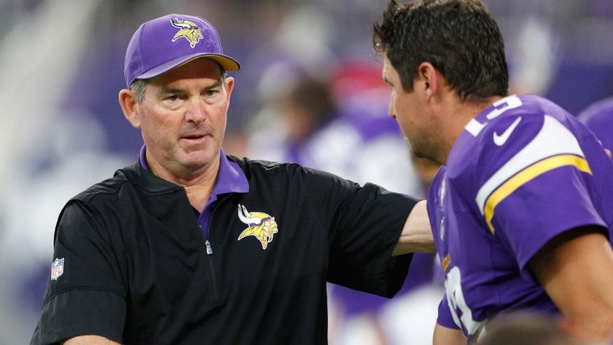Minnesota Vikings head coach Mike Zimmer, left, talks with quarterback Shaun Hill, right, before an NFL preseason football game against the Los Angeles Rams, Thursday, Sept. 1, 2016, in Minneapolis.