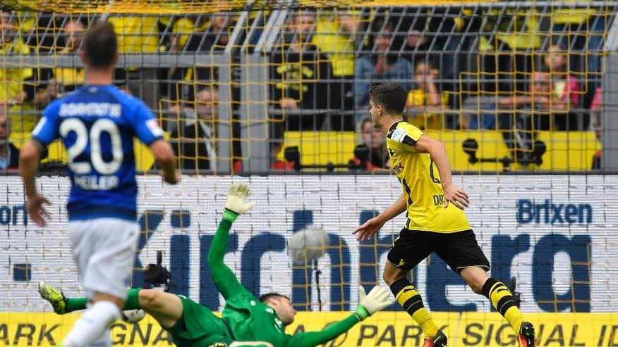 Dortmund's Christian Pulisic scores during the German Bundesliga soccer match between Borussia Dortmund and SV Darmstadt in Dortmund, Germany, Saturday, Sept. 17, 2016. (AP Photo/Martin Meissner)