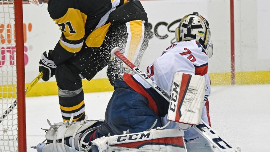 Pittsburgh Penguins center Evgeni Malkin (71) scores a goal against Washington Capitals goalie Braden Holtby (70) during the second period of an NHL hockey game Thursday, Oct. 13, 2016, in Pittsburgh, Pa. (AP Photo/Fred Vuich)