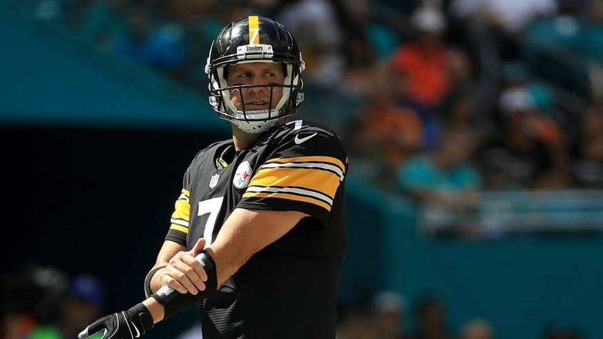 MIAMI GARDENS, FL - OCTOBER 16: Ben Roethlisberger #7 of the Pittsburgh Steelers calls a play during a game against the Miami Dolphins on October 16, 2016 in Miami Gardens, Florida. (Photo by Mike Ehrmann/Getty Images)