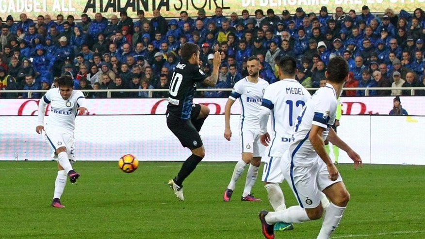 Inter Milan's Eder, left, fires a shot and score during a Serie A soccer match between Inter Milan and Atalanta, in Bergamo, Italy, Sunday, Oct. 23, 2016. (Paolo Magni/ANSA via AP)