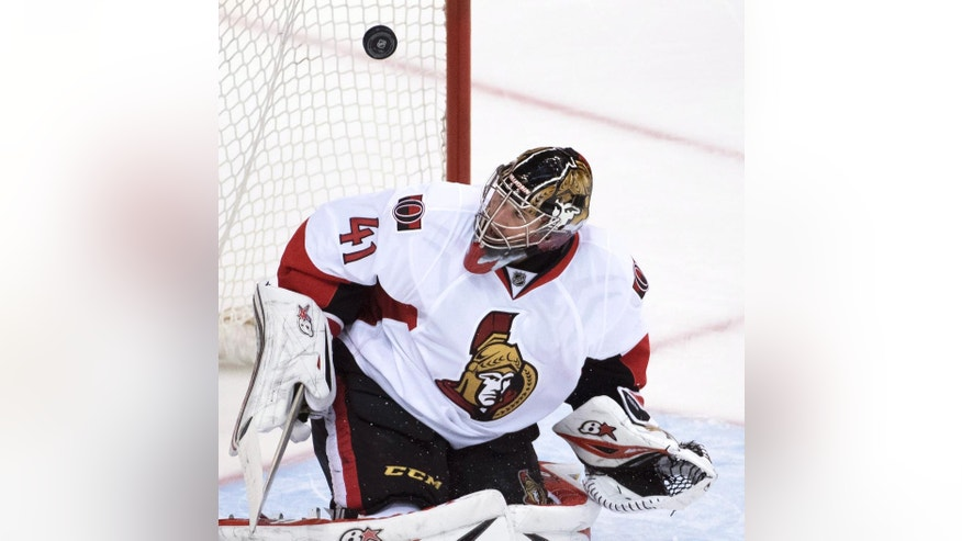 Ottawa Senators goalie Craig Anderson (41) makes a save against the Vancouver Canucks during the third period of an NHL hockey game, Tuesday, Oct. 25, 2016 in Vancouver, British Columbia.  (Jonathan Hayward/The Canadian Press via AP)