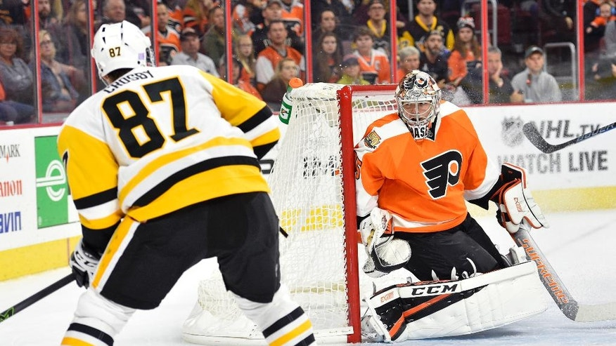 Philadelphia Flyers goalie Steve Mason, right, is unable to make the save on a goal by Pittsburgh Penguins' Sidney Crosby (87) during the first period of an NHL hockey game, Saturday, Oct. 29, 2016, in Philadelphia. (AP Photo/Derik Hamilton)