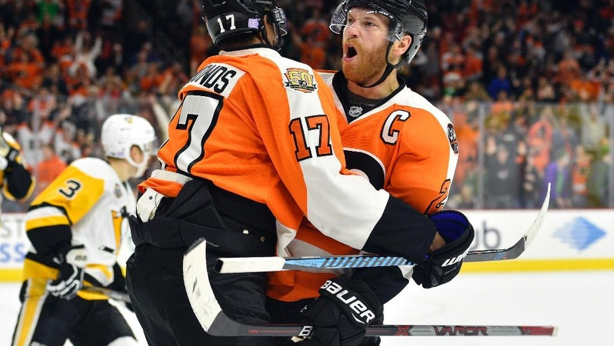Philadelphia Flyers' Claude Giroux, right, celebrates his goal past Pittsburgh Penguins' Marc-Andre Fleury with teammate Wayne Simmonds during the second period of an NHL hockey game, Saturday, Oct. 29, 2016, in Philadelphia. (AP Photo/Derik Hamilton)