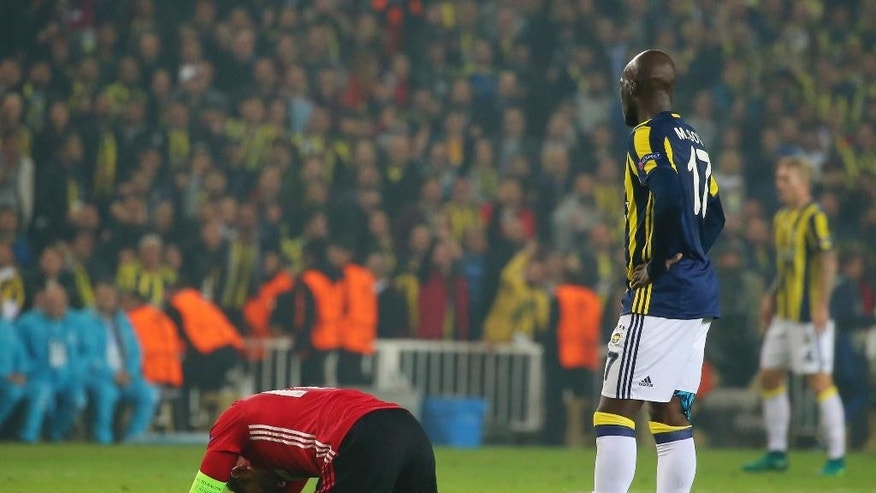 Manchester United's Wayne Rooney, left, Fenerbahce's Moussa Sow, during a Europa League group A soccer match between Fenerbahce and Manchester United, in Istanbul, Thursday, Nov. 3, 2016. Fenerbahce won the match 2-1. (AP Photo)