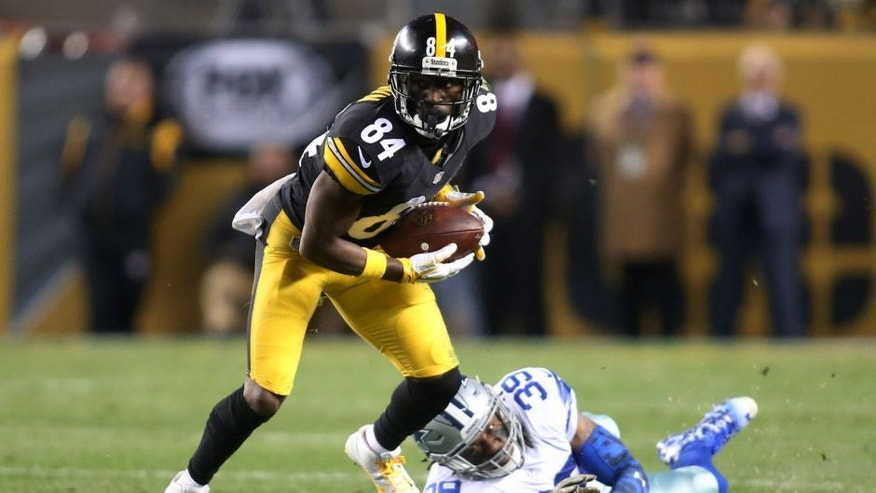 Nov 13, 2016; Pittsburgh, PA, USA; Pittsburgh Steelers wide receiver Antonio Brown (84) runs after a catch against Dallas Cowboys cornerback Brandon Carr (39) during the second quarter at Heinz Field. Mandatory Credit: Charles LeClaire-USA TODAY Sports