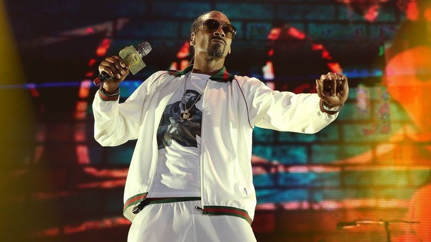 LONG BEACH, CA - NOVEMBER 06: Snoop Dogg perfoms at ComplexCon 2016 on November 6, 2016 in Long Beach, California. (Photo by Phillip Faraone/Getty Images)