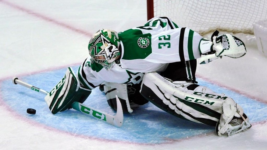 Dallas Stars goalie Kari Lehtonen of Finland, makes a save during the second period of an NHL hockey game against the Chicago Blackhawks, Sunday, Dec. 11, 2016, in Chicago. (AP Photo/Paul Beaty)