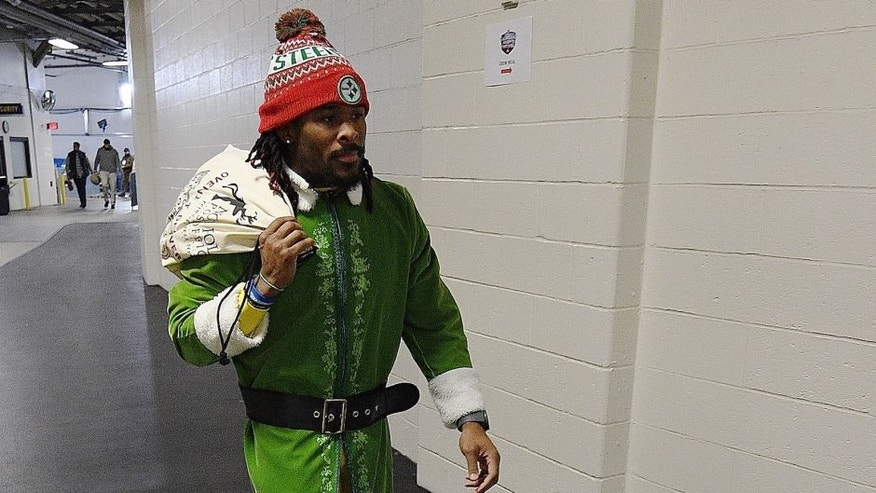 PITTSBURGH, PA - DECEMBER 25: DeAngelo Williams #34 of the Pittsburgh Steelers arrives to Heinz Field as an Elf before the game between the Pittsburgh Steelers and the Baltimore Ravens on December 25, 2016 in Pittsburgh, Pennsylvania. (Photo by Justin Berl/Getty Images)