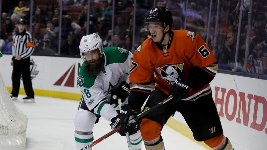 Dallas Stars right wing Patrick Eaves, left, vies for the puck with Anaheim Ducks center Rickard Rakell during the first period of an NHL hockey game in Anaheim, Calif., Tuesday, Jan. 10, 2017. (AP Photo/Chris Carlson)