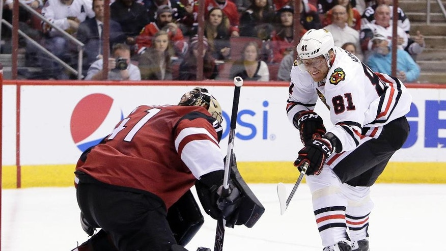 Chicago Blackhawks right wing Marian Hossa (81) scores against Arizona Coyotes goalie Mike Smith in the first period during an NHL hockey game, Thursday, Feb. 2, 2017, in Glendale, Ariz. (AP Photo/Rick Scuteri)