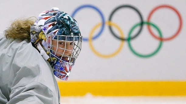 USA goaltender Jessie Vetter watches the puck during a women's ice hockey team practice at the 2014 Sochi Winter Olympics February 19, 2014. REUTERS/Lucy Nicholson (RUSSIA - Tags: SPORT OLYMPICS ICE HOCKEY) - GM1EA2J1PI301