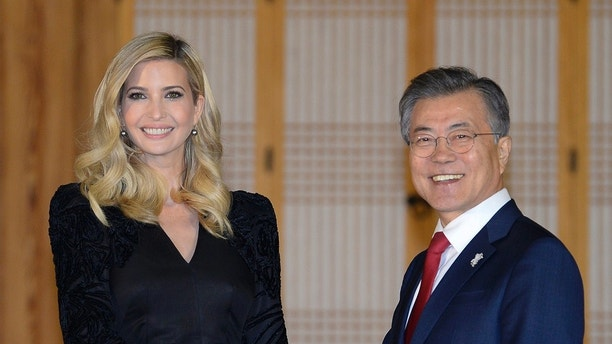 Ivanka Trump estrecha la mano of the presidente surcoreano Moon Jae-in durante una cena en la presidencial Casa Azul on Friday, February 23, 2018, Seal, Corea del Sur. (Kim Min-Hee / Fotografia Pool APA)