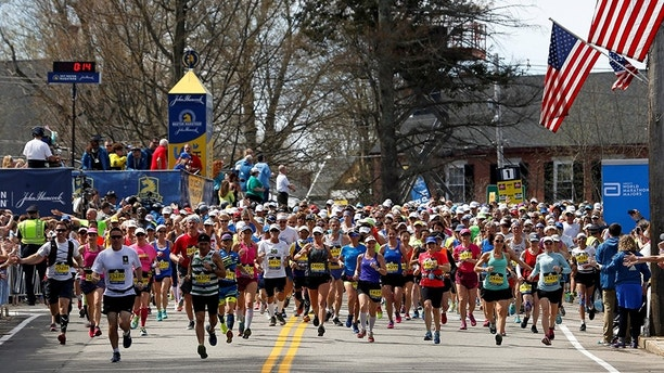 Runners from wave 4 cross the starting line for the 121st running of the Boston Marathon in Hopkinton, Massachusetts, U.S. April 17, 2017.  REUTERS/Lisa Hornak - RC13DF2C9AF0