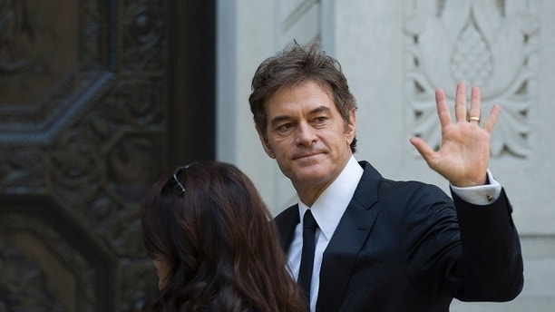 Television personality Dr. Mehmet Oz arrives to attend the funeral of comedienne Joan Rivers at Temple Emanu-El in New York September 7, 2014. REUTERS/Lucas Jackson (UNITED STATES - Tags: ENTERTAINMENT OBITUARY) - GM1EA971UF501