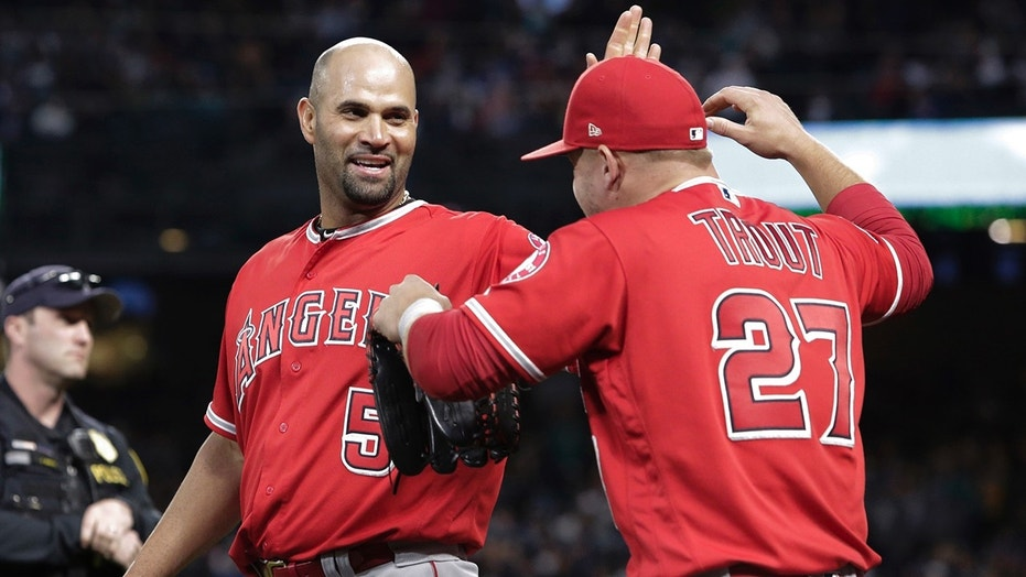Major League Baseball players pay tribute to Albert Pujols after his 3000th hit