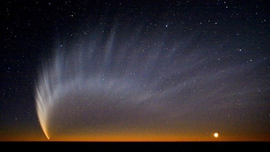 Comet McNaught over the Pacific Ocean. Image taken from the European Southern Observatory's Paranal Observatory in January 2007.