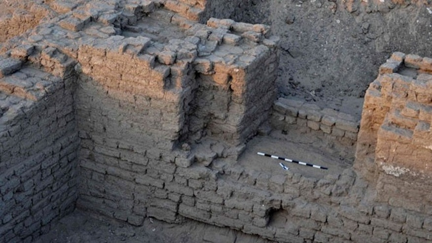 "Researchers think that this ""monumental"" building might be a temple, thanks to inscriptions to Seti I, a pharao who ruled more than 3,200 years ago."