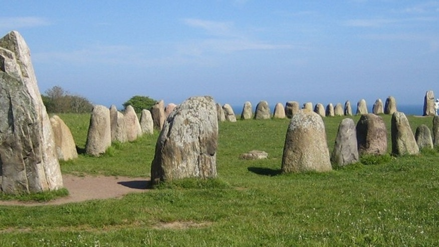 Ale&#39&#x3b;s Stones, a megalithic monument in southern Sweden, resembles a stone ship built of 59 large sandstone boulders, weighing up to 1.8 tons each.