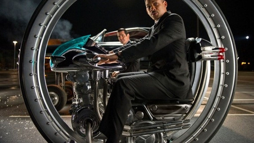 Will Smith (right) and Josh Brolin (rear left) star in Columbia Pictures' MEN IN BLACK 3.