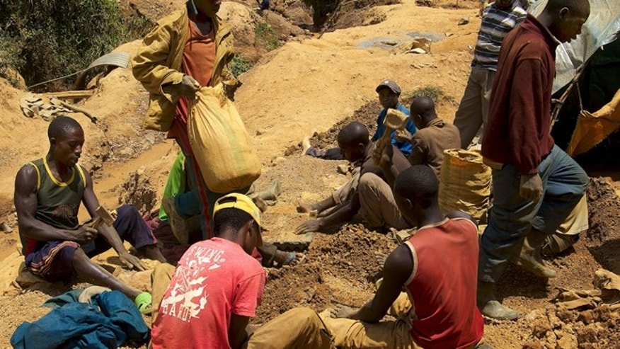 More companies need to support conflict-free supply chains from improved mines that have been demilitarized, rights groups argue. Here, tin miners at Nyabibwe, North Kivu.
